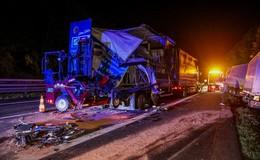 Lkw geht in Flammen auf- Weiterer Fahrer erkennt Stauende nicht