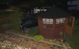 Handbremse nicht angezogen: Auto rollt Hang hinab und landet vor Gartenhütte