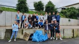 Jahrgangsstufe 8 der Alexander-von-Humboldt-Schule säubert ihren Schulweg
