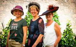 Hüte, Hüte, Hüte am Gartenfest-Stand von OSTHESSEN|NEWS - TAG 1