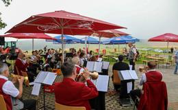 Open-Air Frühschoppen: Bratwurst, Bier und Blasmusik in Mittelrode