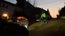 Neon statt schwarz: Damit Radfahrer im Dunkeln rechtzeitig gesehen werden