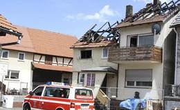 Dachstuhl ausgebrannt: Acht Hausbewohner retten sich vor den Flammen