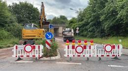 Unterführung der Keltenstraße gesperrt: Schlamm verschmutzt Fahrbahn