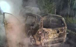 Auto auf der A 7 ausgebrannt - Fahrer entdeckt Flammen im Fußraum