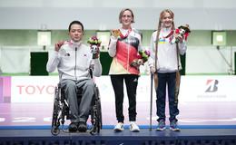 Natascha Hiltrop aus Lengers trägt deutsche Fahne bei den Paralympics
