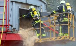 Bei Holzbaufirma: Mitarbeiter entdecken Brand in Späne-Silo