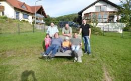 Neue Sitzbank am Spielplatz für die Kinder und Eltern