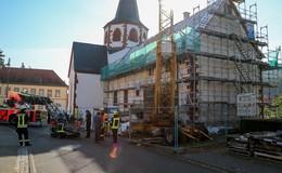 Großes Rettungsaufgebot in Blankenau: Person stürzt bei Arbeiten vom Dach