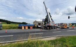 Fahrt endet im Straßengraben: Lkw kippt an Kreuzung auf die Seite