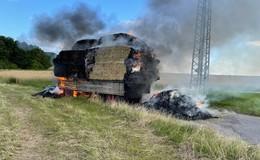 Anhänger mit Strohballen fängt in Hilmes Feuer