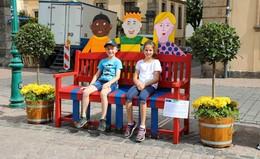 Kleine und große Künstler waren aktiv: Bunte Bänke für die Innenstadt