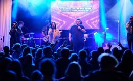 Praise im Park: 400 junge Christen feiern ausgelassen ihren Glauben