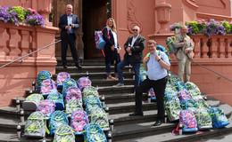 Präsentation an der Stadtpfarrkirche: Die Caritas-HOT-Packs liegen schon bereit