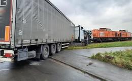 Lkw kollidiert mit Zug: Fahrer im Führerhaus eingeklemmt