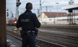 Aufregung im Zugabteil: Wohnungsloser Mann (31) hantiert mit Messer