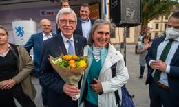 Volker Bouffier (CDU) bei Bratwurst und Blasmusik auf dem Uniplatz