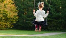 Unbekannter sprechen Kinder auf Spielplatz an: Zwei Mädchen verängstigt