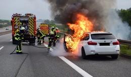 Pkw steht auf der A5 in Vollbrand: Insassen retten sich rechtzeitig