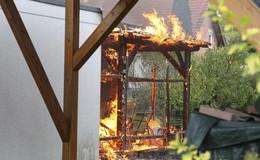 Unterstand in Garten brennt - Feuerwehr verhindert Übergreifen auf Garagen