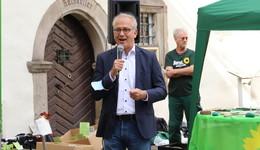 Parteien präsentieren sich: Wirtschaftsminister Tarek Al Wazir am Grünen-Stand