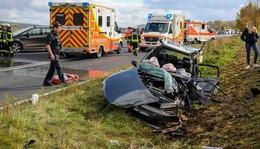 Zwei Personen lebensgefährlich verletzt: Polizei sucht flüchtigen VW Golf-Fahrer