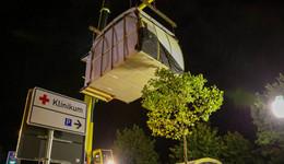 Vor dem Klinikum Fulda: Was hängt da denn in der Luft?