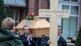 Trauermarsch und Sarg: Ehrenberger wollen Bankschließung nicht akzeptieren