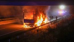 In der Nacht: Lkw steht auf A66 in Vollbrand, dann kommt es zum Crash