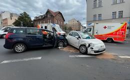 Crash an der Kreuzung: Zwei Autos zusammengeprallt