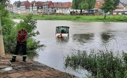 Ab ins Wochenende: Radlader nimmt Bad in der Fulda