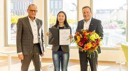 Jing Li für Leistungen im Studium und ehrenamtliche Tätigkeit ausgezeichnet