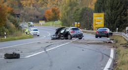 Nach schwerem Unfall auf der B 254: VW Golf-Fahrer ist weiterhin flüchtig