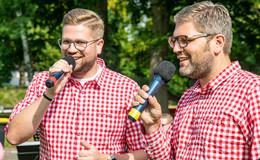 Glückliche Musiker und Zuschauer beim Klappstuhlkonzert im Freibad