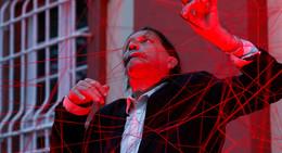 Abgefahren, schräg, hinreißend: Rote Fäden-Performance begeistert