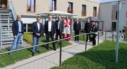 Bischof Dr. Gerber segnet Räumlichkeiten des neuen Caritas-Wohnpflegeheims