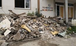Grundschule durch Flut zerstört: Vogelsbergkreis hilft mit Stühlen und Tischen