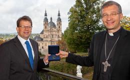 Geschenk-Plakette: Deutsche Bischofskonferenz dankt der Stadt Fulda