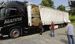Spedition Manns transportiert Heu Rundballen ins Katastrophengebiet