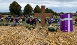 Erntedankfest: Farbenfrohe und reichhaltige Gaben vor dem Altar