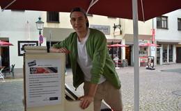 Vitalij sitzt fast jeden Tag an einem der Spiel mich-Klaviere in der Innenstadt