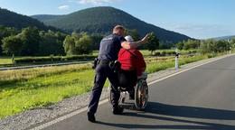 Auf dem Weg zum Freund: Polizei schiebt Rollstuhlfahrer sicher in Nachbarort