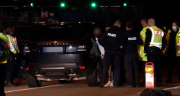 Polizei führt Gaffer durchs Trümmerfeld und zeigt ihm die Leiche
