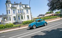 Knapp 130 Oldtimer und viele Autoliebhaber auf dem Gelände der Villa Raab