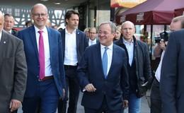 Armin Laschet (CDU) kämpferisch vor 2.000 Menschen auf dem Uniplatz